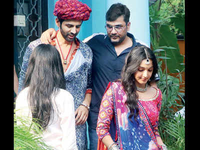 Kartik Aaryan and Kiara Advani spotted in character on the sets of Bhool Bhulaiyaa 2