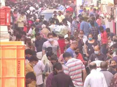 Mumbai: Amid surge in COVID cases, people throng Dadar vegetable market