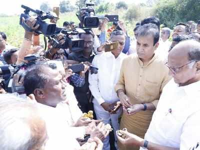 Amid deliberations over govt formation, Sharad Pawar meets Vidharbha farmers