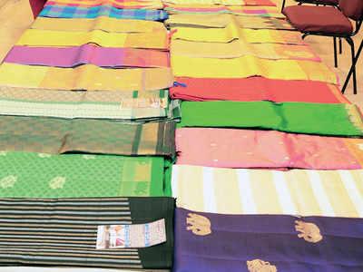 Karnataka: Netas woo women with sarees, cookers