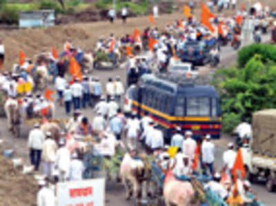 Farmers lead carts into city, demand water