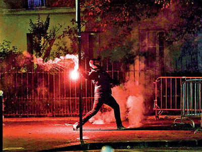 Paris police attacked, 158 arrested after PSG defeat