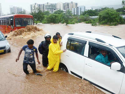 Downpour swamps Navi Mumbai, traffic badly hit