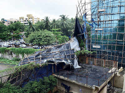 Bldg scaffolding crashes down on author's home