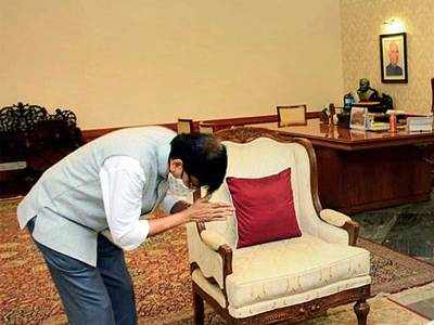 Shiv Sena MP Sanjay Raut pays 'courtesy visit' to Governor Bhagat Singh Koshyari