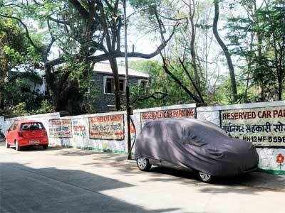 Parvati residents convert road into private parking lot