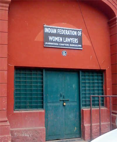 Women lawyers spar over HC room