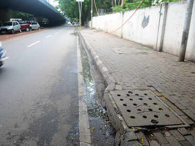 Overflowing drain fouls up Ganeshkhind Road