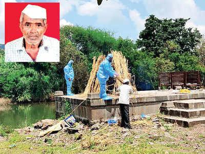 Elderly villager steps up to guide cremation