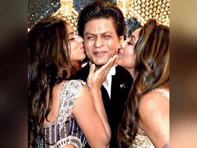 Shah Rukh Khan blushes as Gauri Khan, Suhana Khan kiss him