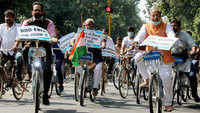 Delhi: BJP leader Vijay Goel undertakes 'cycle yatra' against odd-even scheme and rising pollution