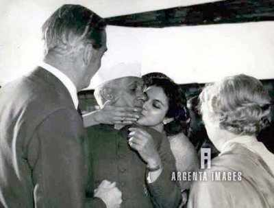 FAKE ALERT: Jawaharlal Nehru's picture with niece shared saying he was trying to kiss British woman