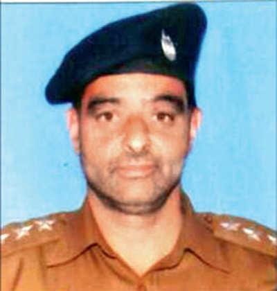 200 lynch police officer on duty outside Jamia Masjid