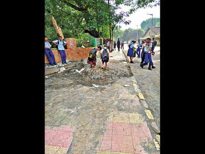 Remove construction debris from footpath, say Khadki residents