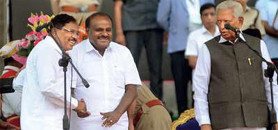 Rahul Gandhi placates DK Shivakumar at HD Kumaraswamy's swearing in ceremony