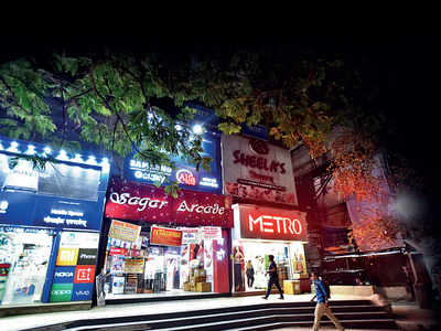 As shop owner's car set afire in the mall's parking space, Fergusson College Road's Sagar Arcade turns battle zone