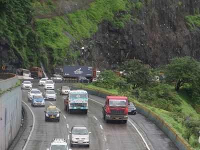 Massive traffic jam on Mumbai-Pune expressway as milk tanker topples