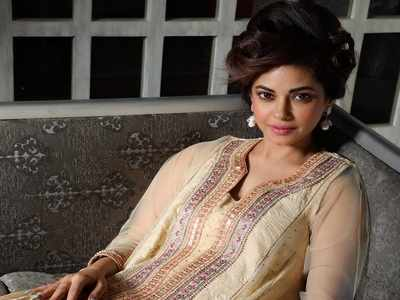 Actress Meera Chopra slams Ahmedabad restaurant after finding worm in food