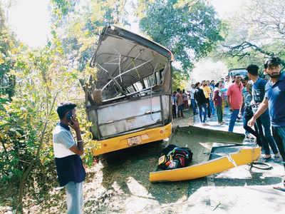 15 children injured as school bus crashes into tree