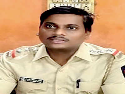 Cop jumps before running train to save fleeing accused