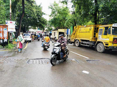 Sewer covers come off in Sadashiv Peth