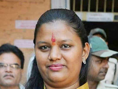Maratha protesters damage BJP MP Heena Gavit's car in Dhule