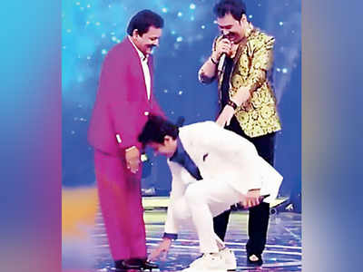 Sonu Nigam touches feet of Udit Narayan and Kumar Sanu
