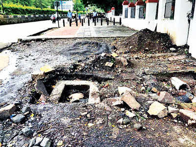 Shivajinagar pavement lies neglected by PMC