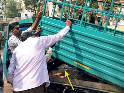 Bootlegger's loading rickshaw lands his friend in police net