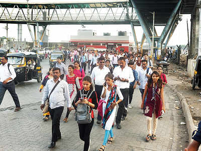 Commuters to suffer as Bandra skywalk shut, road below blocked for nullah-widening work
