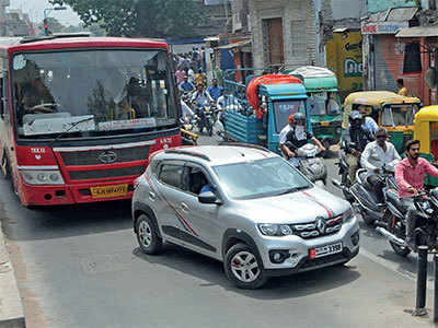 To solve jams, AMTS buses will run in BRTS corridor
