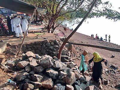 New illegal stalls encroach on only reservoir supplying water to the city