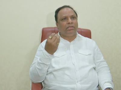 Ashish Shelar: Shiv Sena aligned with people having 'moon and star' flags