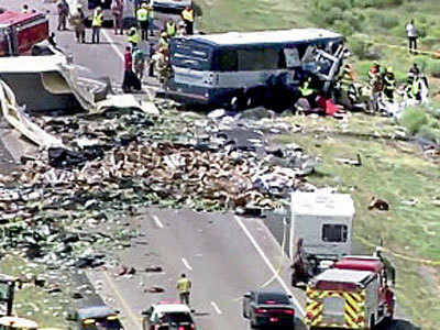 7 die as Greyhound bus, semitrailer collide inUS