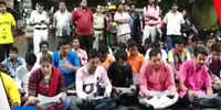 WB: BJYM workers recite Hanuman Chalisa on road in Howrah, traffic movement halted