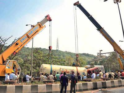 Toppled LPG tanker blocks Nerul traffic for 9 hours