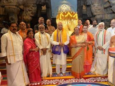 President Ram Nath Kovind prays at Tirumala Balaji temple before witnessing Chandrayaan 2 launch