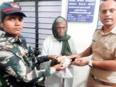 Daughter-in-law steals gold jewellery from senior citizen, unsuspecting man calls cops