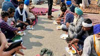 Delhi: Protesting farmers get community lunch on Gurupurab at Singhu border