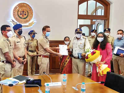 Constable Eknath Parte, who was assaulted by a woman biker, felicitated by the Mumbai CP for exemplary restraint