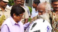 Puducherry LG Kiran Bedi felicitates Sadhguru Jaggi Vasudev