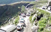 Gridlocks leave tourists stranded for hours at Manali-Rohtang highway