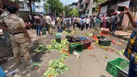 Mumbai: Civic squad raids Vasai market for overcrowding, hawkers dump vegetables on street