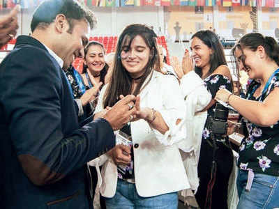 Checkmate: Indian chess player Nikhilesh Jain proposes to Colombian girlfriend Franco Angela at Chess Olympiad