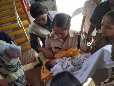 Woman delivers baby girl at Kalyan railway station