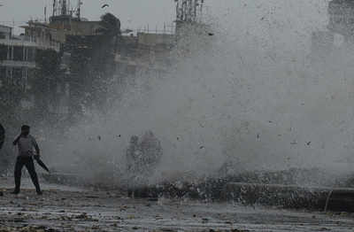 Cyclone Ockhi effect: Mumbai weather live updates; NDMA warns people to expect damage in south Gujarat's districts, north Konkan areas, including Greater Mumbai