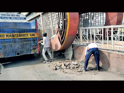 PMC swings into action, cleans Nagar Rd BRTS