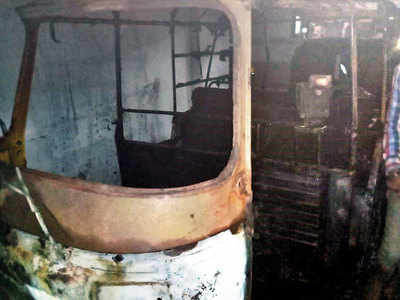 Stopped from consuming alcohol in autorickshaw, driver sets vehicles on fire