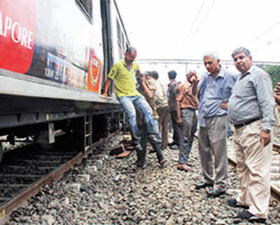 Eid revellers hit as local derails near Dombivali