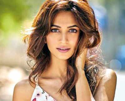 Kriti Kharbanda to play the leading lady in Yamla Pagla Deewana Phir Se